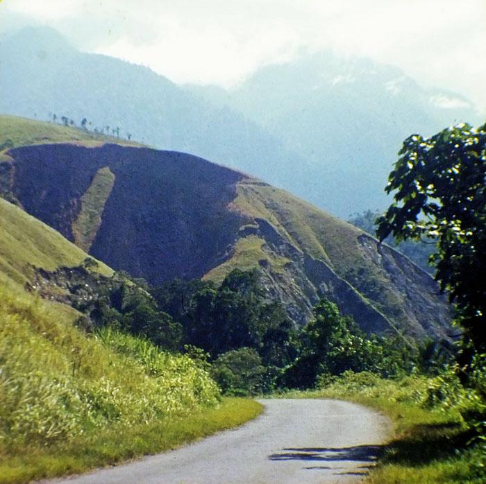 Foto van weg tussen uitlopers van bergen