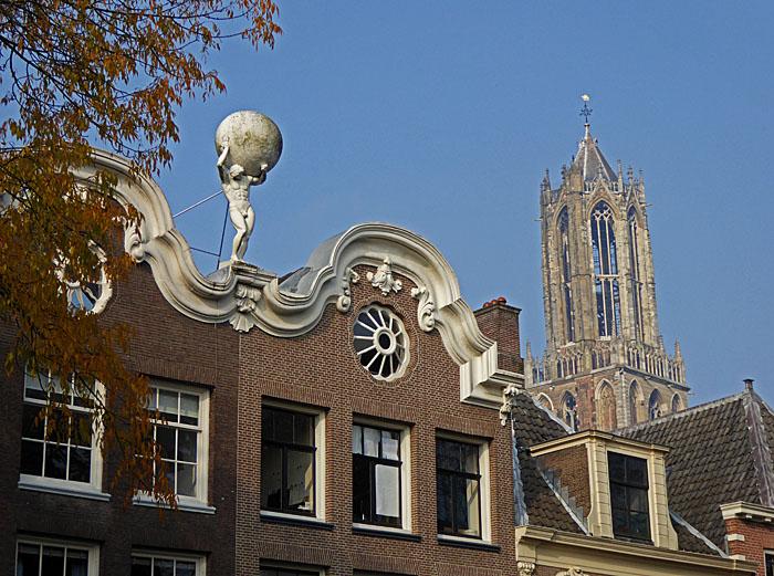 Foto van gebouw met Atlas op dak en de Dom