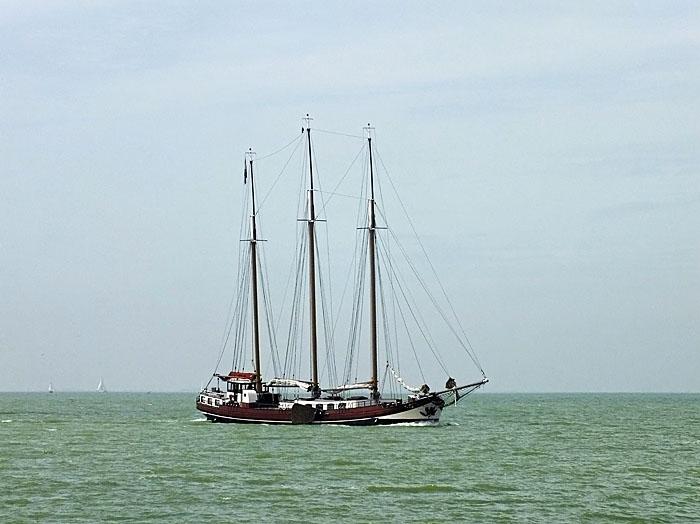 Foto van driemaster op het water