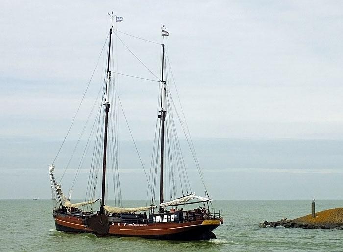 Foto van schip bij havenhoofd