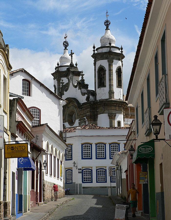 Foto van straat met kerk