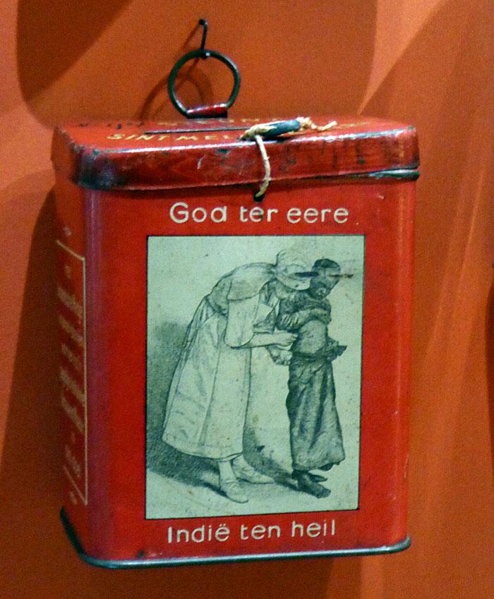 Foto van collectebusje met opschrift: God ter eere, Indië ten heil