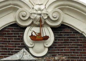 Foto van bootje aan gevel