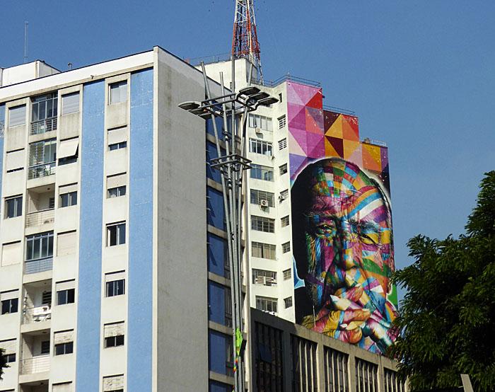 Foto van portret op muur van hoogbouw