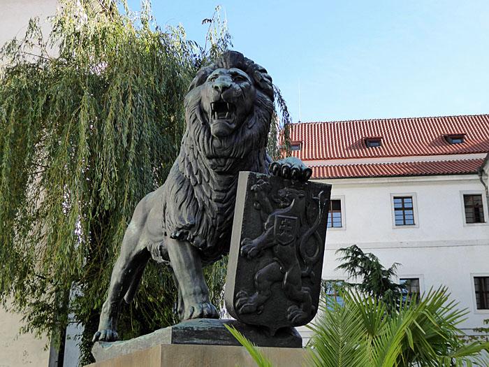 Foto van beeld van leeuw met wapenschild met leeuw