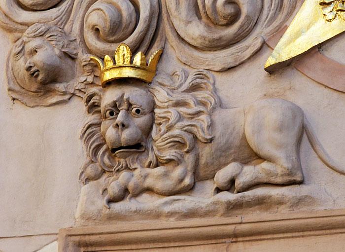 Foto van reliëf van verschrikte leeuw