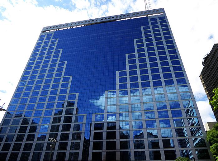 Foto van glazen gebouw met reflectie