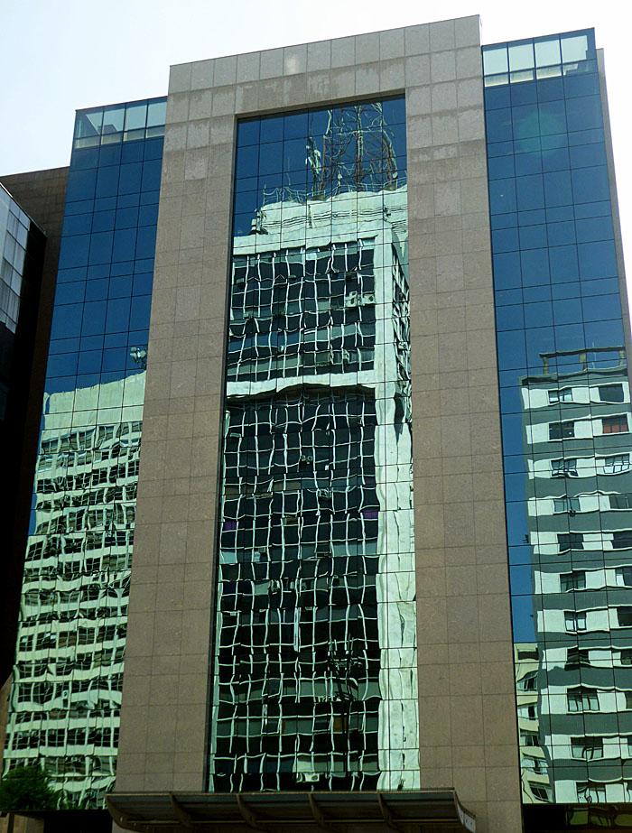 Foto van gebouw met reflectie van andere gebouwen