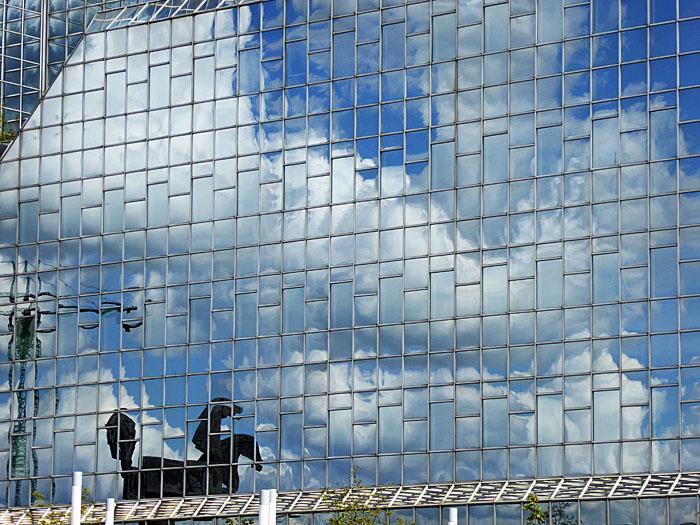 Foto van reflectie in glazen wand