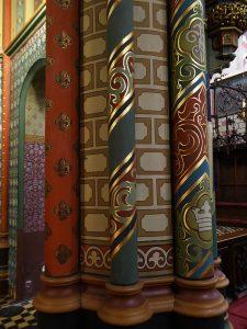 Foto van detail van beschilderde pilaren