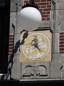 Foto van geveltableau met ridder te paard