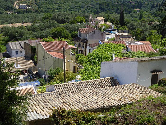 Foto van dorp tussen groen