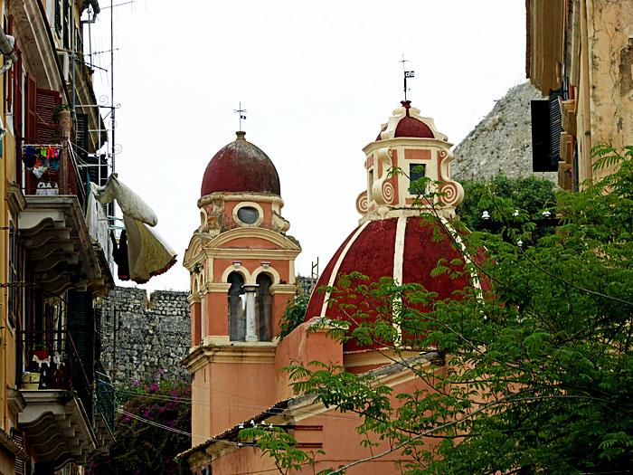 Foto van kerk tussen huizen