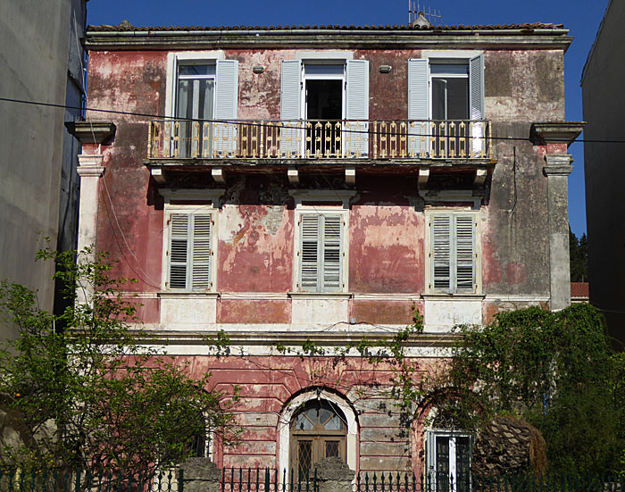 Foto van oudroze gebouw