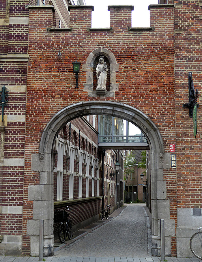 Foto van poort en steeg