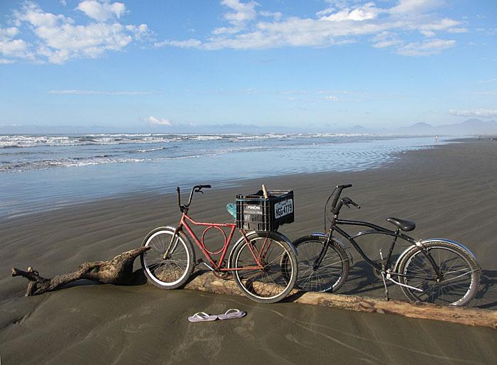 Foto van fietsen op het strand