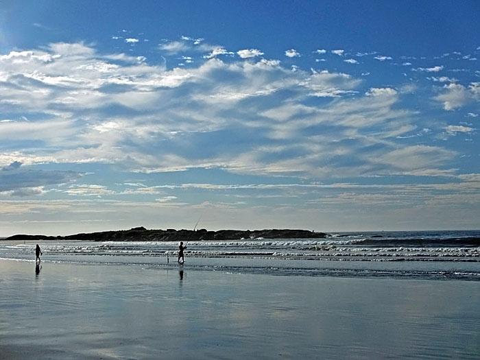 Foto van strand met visser