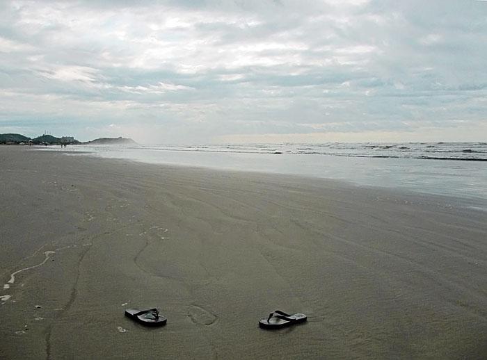 Foto van slippers op het strand
