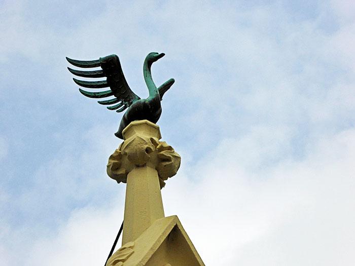 Foto van beeld van zwaan op geveltop