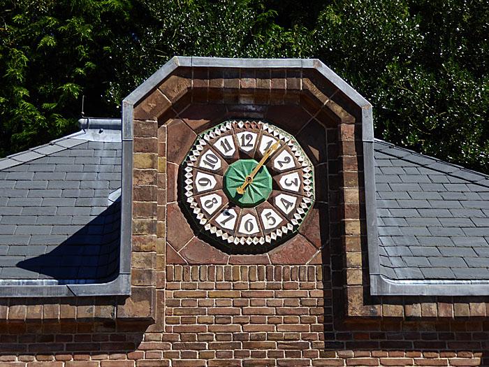 Foto van klok aan gebouw