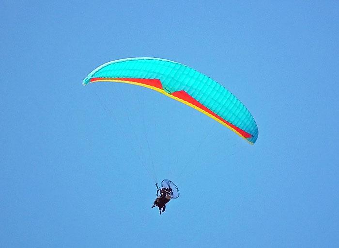Foto van 'paraglider' met motor