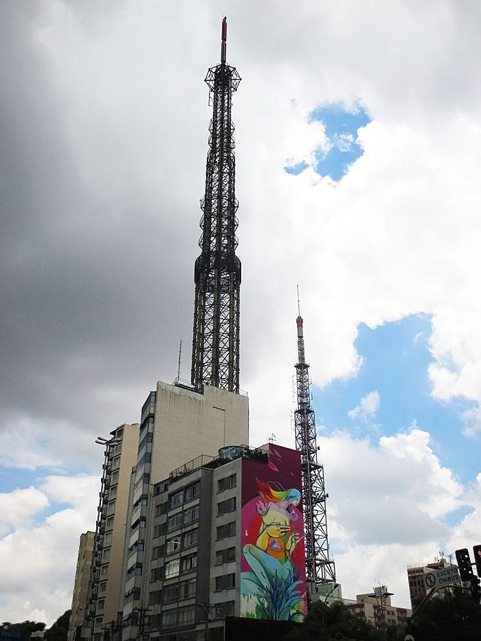 Foto gebouw met muurschildering en grote antennes