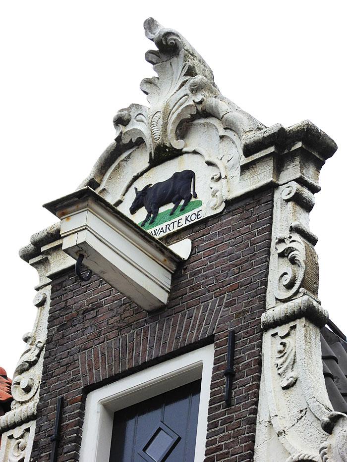 Foto van gevelsteen met zwarte koe