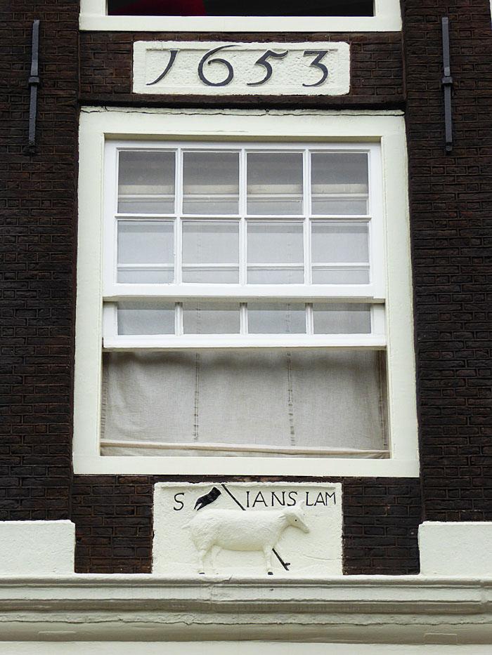 Foto van gevelsteen met lam met vaandel