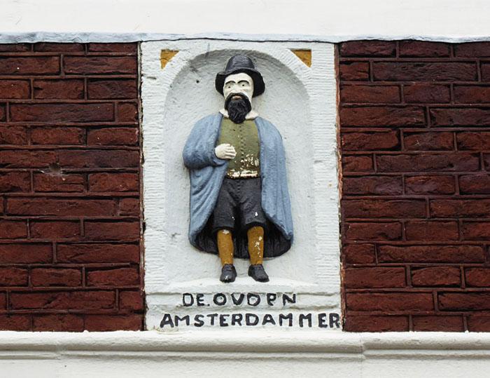 Foto van gevelsteen met Amsterdammer met baard