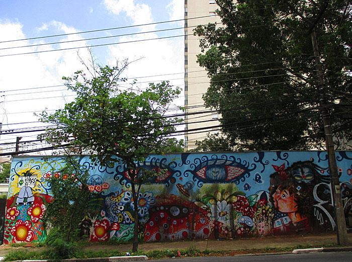 Foto van muur met graffiti en boompjes