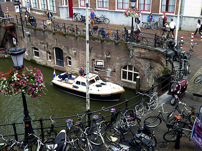 Foto van fietsen op brug en bootje