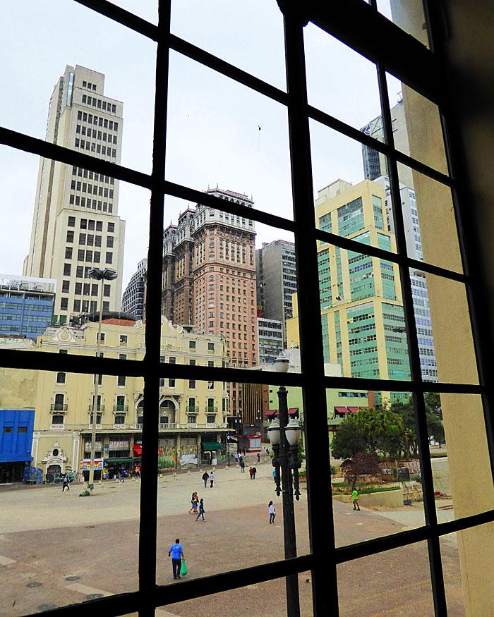 Foto van gebouwen gezien door raam