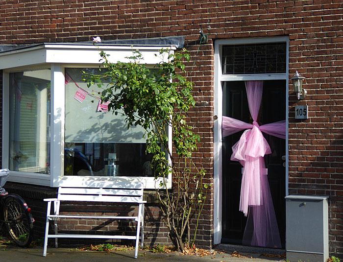 Foto van huis versierd vanwege geboorte