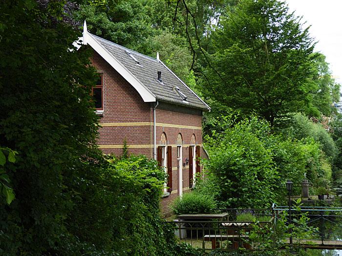 Foto van huis tussen bomen