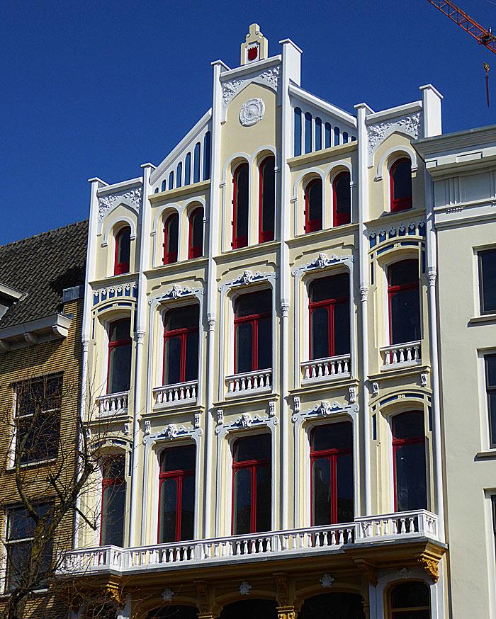 Foto van monumentaal pand met rode ramen