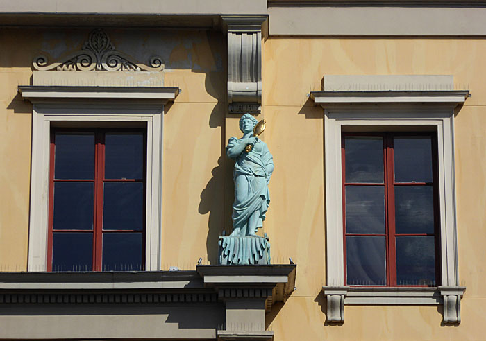Foto ban standbeeld tussen ramen
