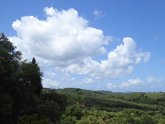 Foto van groen landschap onder wolken