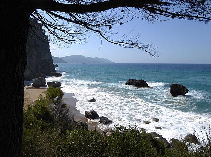Foto van strandje tussen rotsen