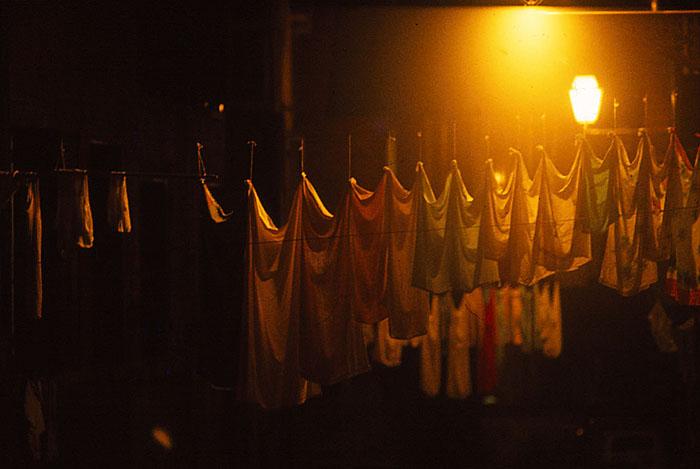 Foto van wasgoed bij nacht