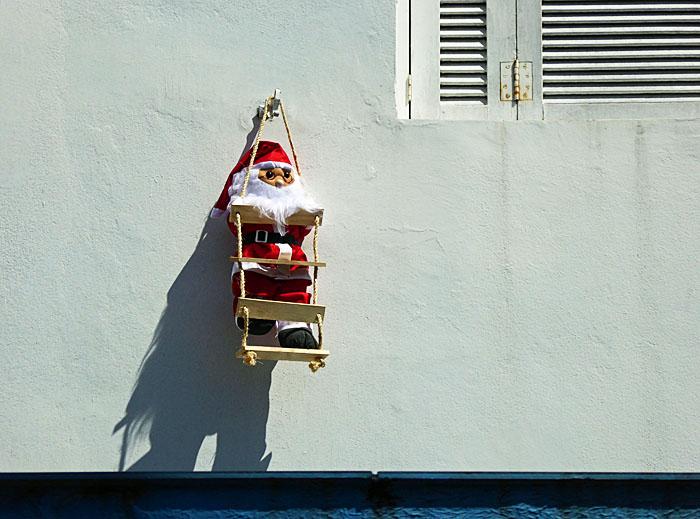 Foto van pop van kerstman aan muur