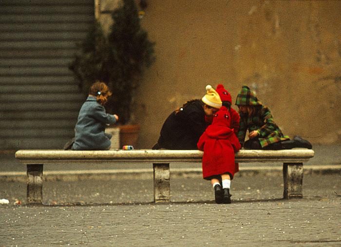 Foto van kinderen gebogen over bankje
