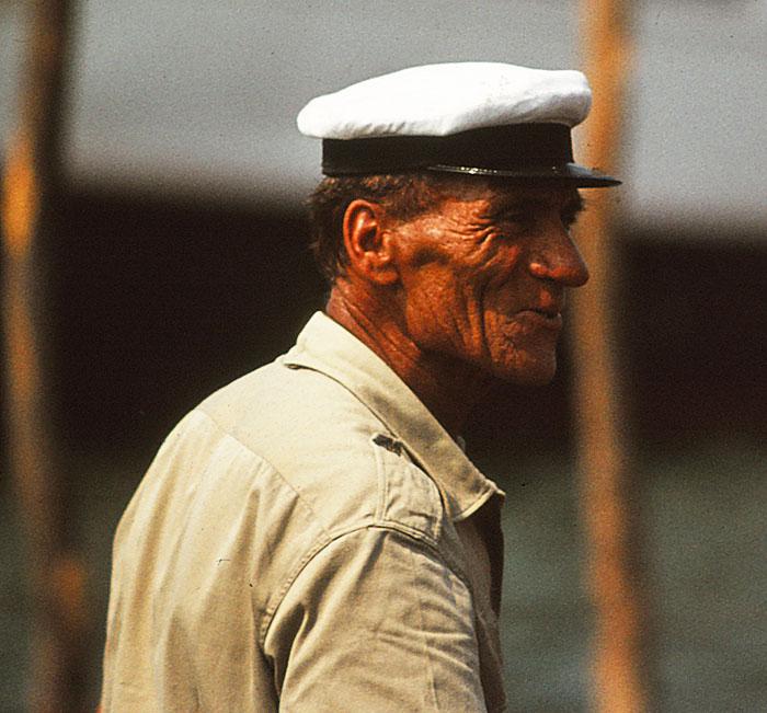 Foto van schipper met pet