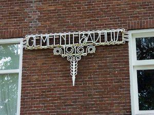 Foto van smeedijzeren tekst: gemeentebadhuis 1916