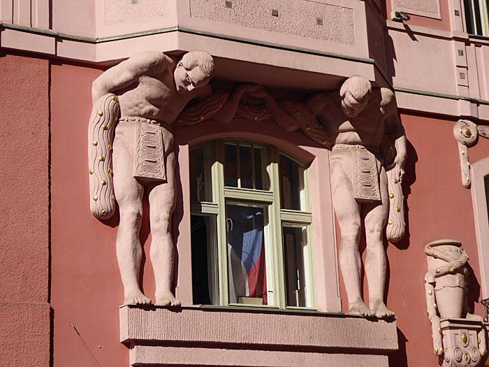 Foto van beelden, die balkon ondersteunen