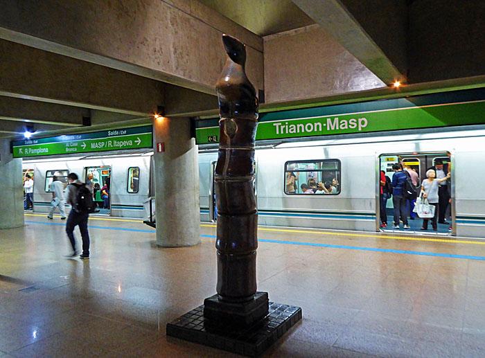 Foto van beeld in metrostation