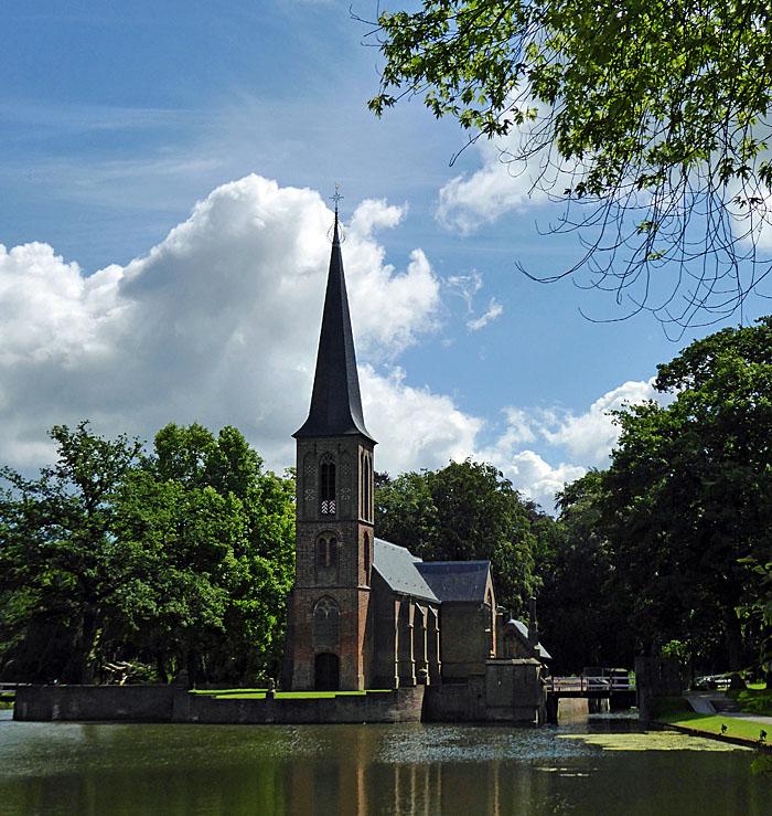 Foto van kerk aan water