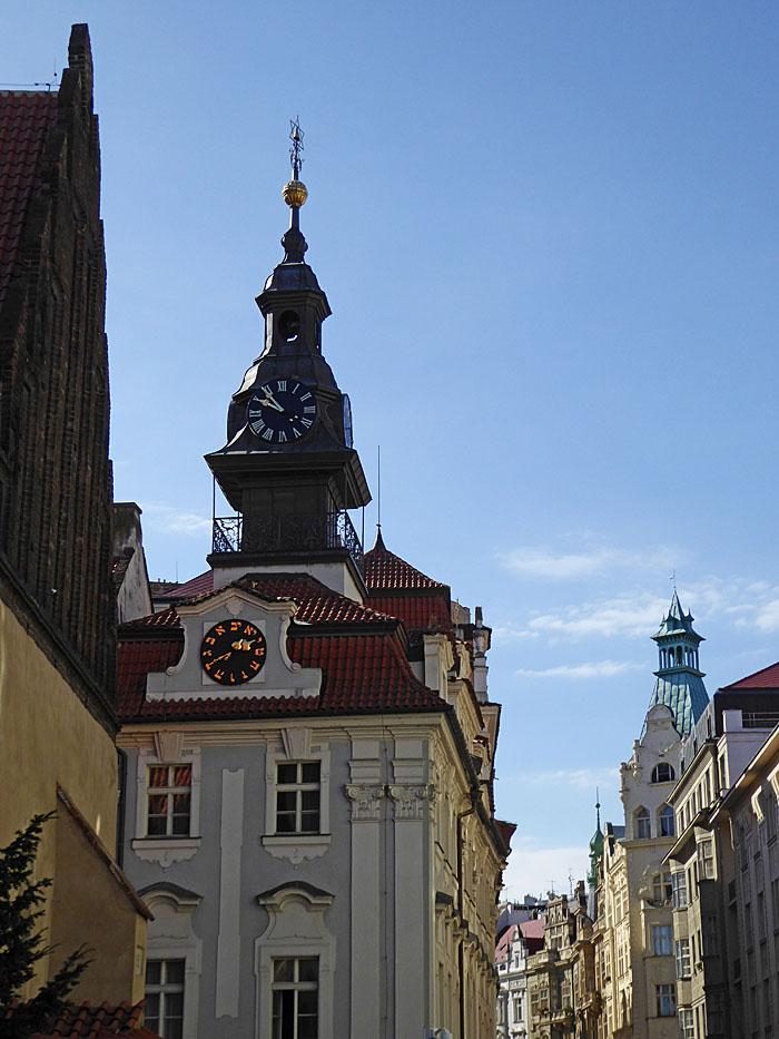 Foto van gebouw met twee klokken
