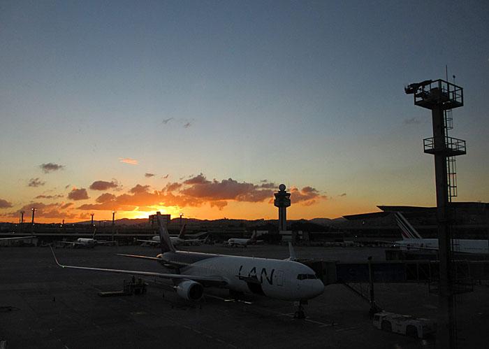 Foto van vliegveld en ondergaande zon