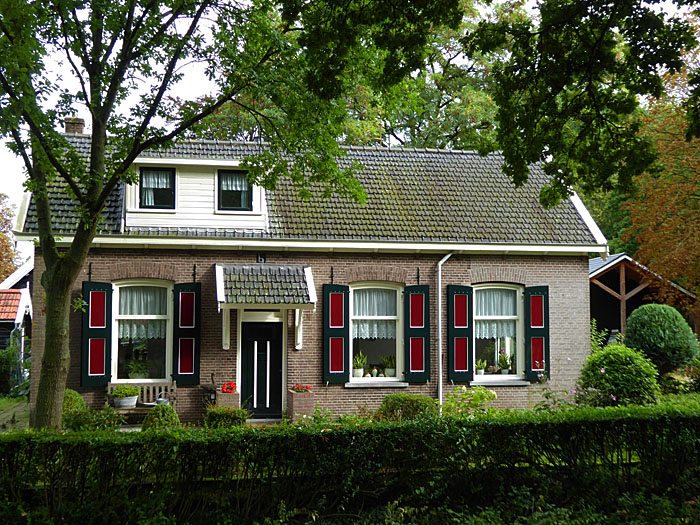 Foto van huis met roodgroene luiken