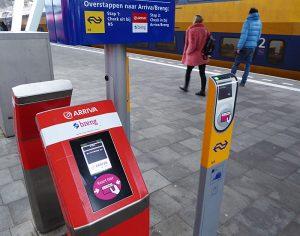 Foto van incheckpalen op station